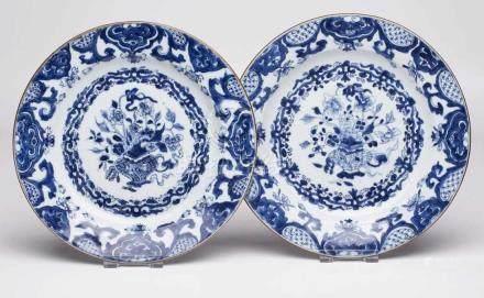 Paar Teller, China Anf. 19. Jh.Porzellan m. Blaumalerei-Dekor. Flache, rd. Form m. glatter Fahne.