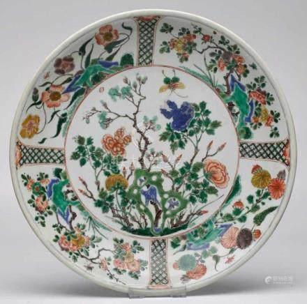 """Gr. runde Schale/ """"Saucer-Dish"""",China wohl K'ang-Hsi-Periode (1662-1722). Porzellan m. farbigem"""
