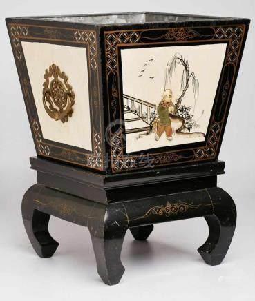Holz-Cachepot auf Sockel, China 20. Jh.Schwarz lackiert u. bemalt, Besatz m. Halbedel- steinen, Bein