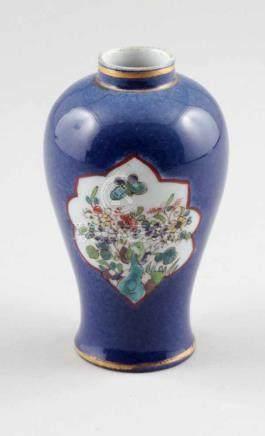 Kleine VaseChina, 19. Jahrhundert. Porzellan. Polychrom bemalt. H. 14,5 cm. Ungemarkt. Schauseiten
