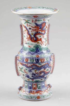 VaseChina, Anfang 20. Jahrhundert. Porzellan. Polychrom bemalt. H. 30,5 cm. Umlaufender Long-