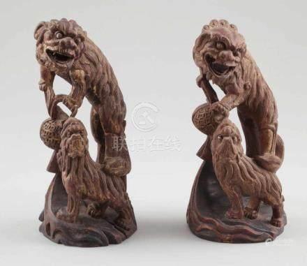 Paar Fo-HundeChina, um 1900. Holz. Reste von Goldbemalung. H. 26 cm. - Zustand: Eine Figur mit
