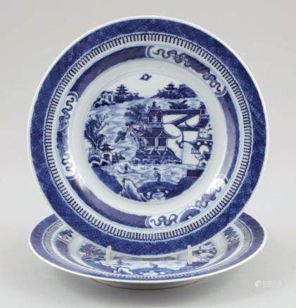 Paar TellerChina, wohl Daoguang. Porzellan. Blaue Unterglasurmalerei. D. 23,5 cm. - Zustand: Ein