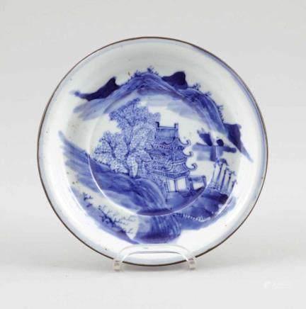 Flache SchaleChina, 19. Jahrhundert. Porzellan. Blaue Unterglasurmalerei. Metallring. H. 3 cm. D.