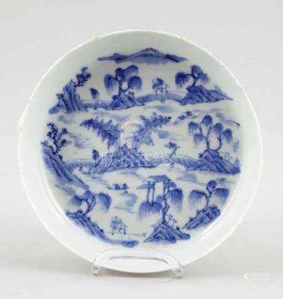 Flache SchaleChina, um 1900. Porzellan. Blaue Unterglasurmalerei. H. 3,5 cm. D. 15,5 cm. Blaue