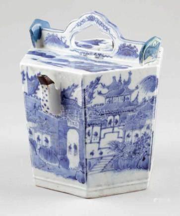 WeinkanneChina, Anfang 20. Jahrhundert. Porzellan. Blaue Unterglasurmalerei. H. 24 cm. Blaue