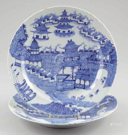 Paar TellerChina, um 1900. - Stadtansichten - Porzellan. Blaue Unterglasurmalerei. D. 31 cm. Blaue