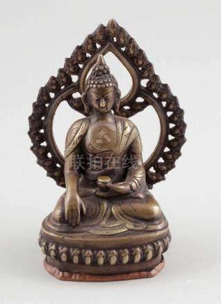 Buddha mit StrahlenkranzTibet, 19. Jahrhundert. Bronze. H. 14,5 cm. Auf Lotussockel thronend.