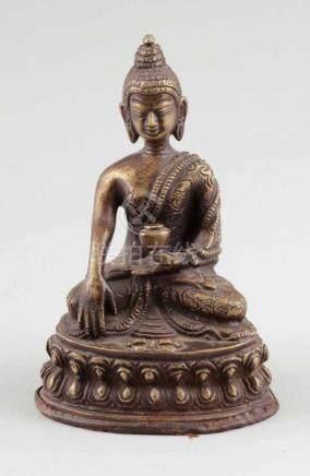 BuddhaTibet, 19. Jahrhundert. Bronze. H. 14 cm. Sitzend auf Lotussockel.