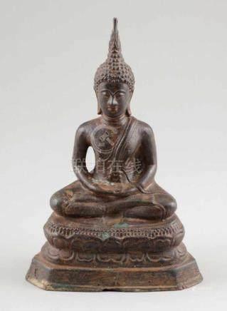 BuddhaThailand, um 1900. Bronze. H. 26 cm. Meditierender Buddha auf Lotussockel.