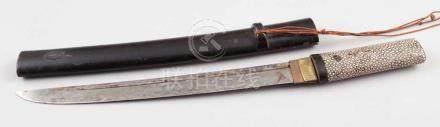 WakizashiJapan, 20. Jahrhundert. Stahlklinge. L. 32 cm. Gesamt-L. 44,5 cm. Fischhautgriff. -