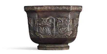 清十八世紀    紫檀雕饕餮紋八方盃