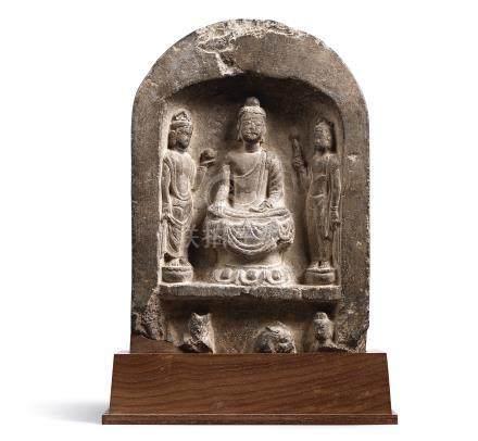 唐   石灰石浮雕一佛二菩薩龕