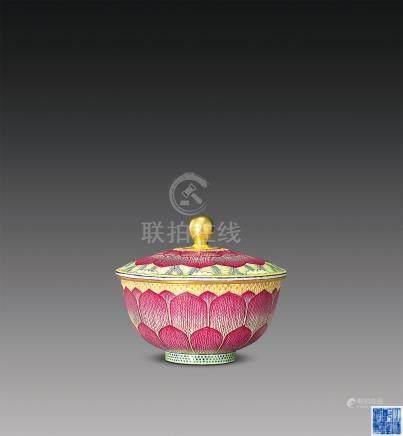 粉彩莲瓣纹盖碗
