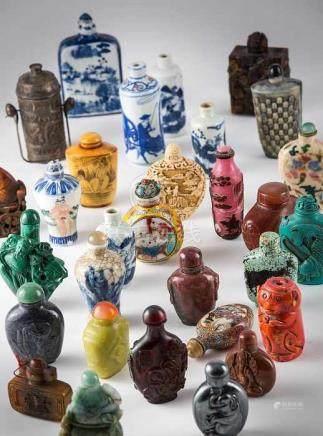 """Interessante Sammlung von 63 Flaconsoder """"Snuffbottle"""". Verschiedenste Materialien, wie Porzellan,"""