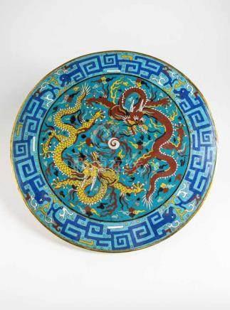 Kaiserreich China,Cloissone Tischplatte. Emaillearbeit mit rotem und gelbem Drachen auf