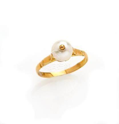 Bague en or jaune 18K (750/°°), ornée d une perle culture. TDD : 51 Poids brut