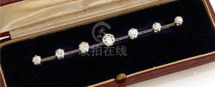 Broche barrette en platine 850/°°, ornée de sept diamants ronds. (diamant centr
