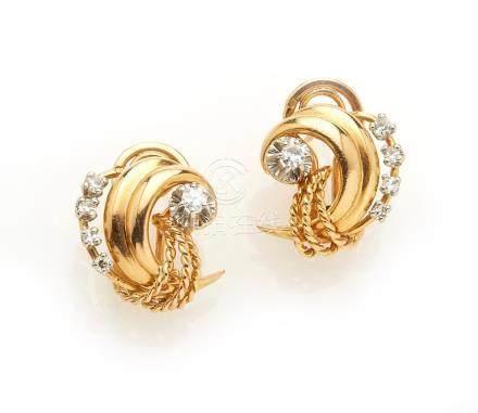 Paire de clips d oreilles en or jaune 18K (750/°°) à décor de volutes stylisées