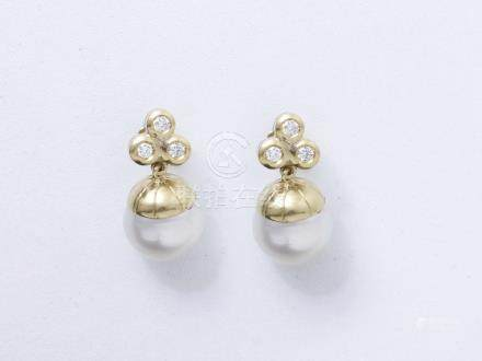 Paire de pendants d'oreilles or 750 millièmes, l'attache ponctuée de 3 diamants