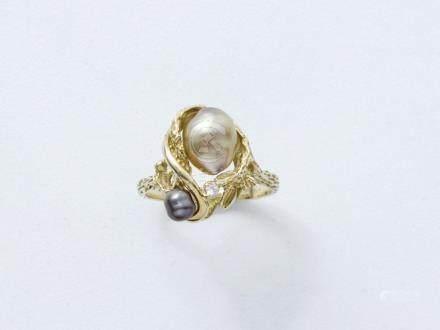 Bague en or 750 millièmes à décor floral et végétal ornée de 2 perles de cultur