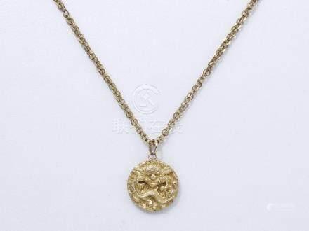 Pendentif en or 750 et 585 millièmes décoré d'un motif asiatique. Il est accomp