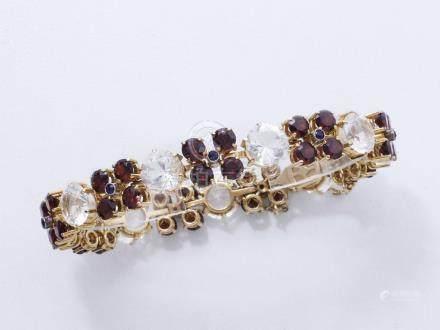 Bracelet articulé en or 750 millièmes, les maillons habillés de pierres blanche
