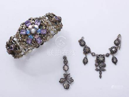 Bracelet articulé en argent 835 millièmes centré d'un motif décoré d'une fleur