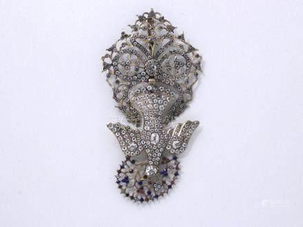 Important pendentif en or 585 millièmes retenant un Saint-Esprit habillé de str