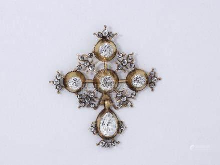 Pendentif en or 585 millièmes découpé retenant une croix normande habillée de p