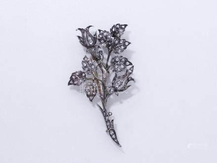 Broche en argent 800 doublé or 750 millièmes stylisant un bouquet de fleurs hab