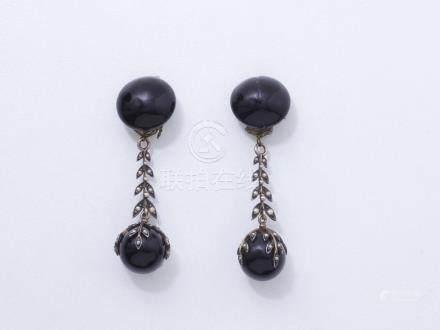 407/ Paire de pendants d'oreilles en métal, les attaches en perle de pâte de ve