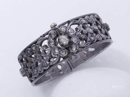 Bracelet jonc ouvrant en argent 800 millièmes décoré de roses diamantées, agrém