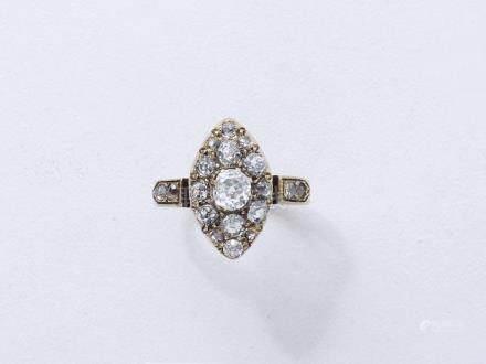 Délicate bague marquise or 750 millièmes centrée d'un diamant taille ancienne e