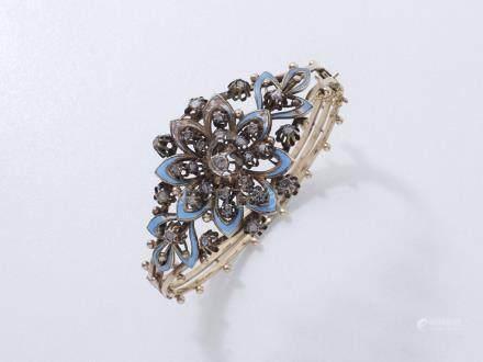 438/ Bracelet jonc ouvrant en or 375 millièmes centré d'une fleur émaillée de b