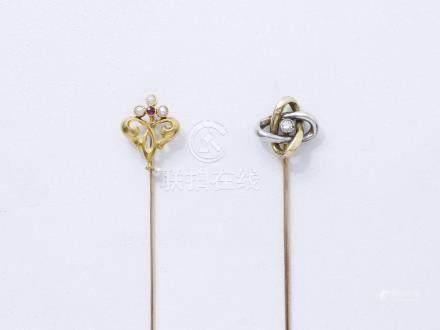 Lot en or 750 millièmes composé de 2 épingles ponctuées de perles et d'un diama