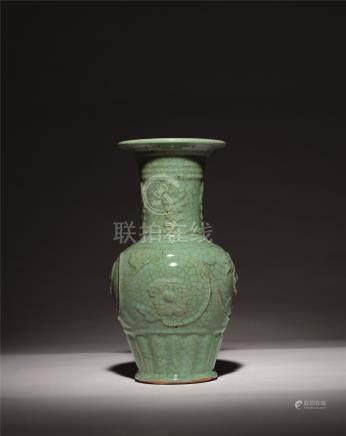元 青瓷浮雕牡丹尊式瓶