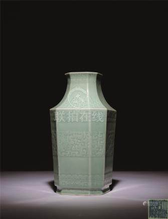 清乾隆 豆青釉浮雕夔龙夔凤八方瓶