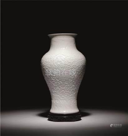 清乾隆 白釉刻花缠枝莲纹观音瓶