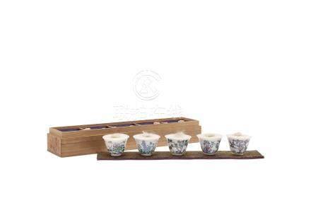 清 豆彩花卉诗文煎茶杯 (一套五件)