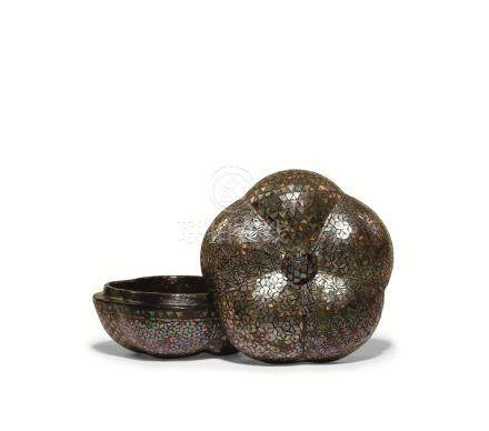 明 黑漆螺钿象嵌花形香盒