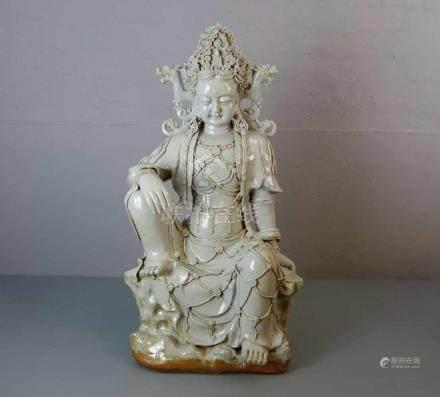 GUANYIN / WASSER-MOND-GUANYIN, heller Scherben, weiß glasiert in der Art von Blanc de Chine, späte