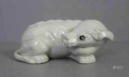 """PORZELLANFIGUR / porcelain figure: """"Liegender Drache"""", China (ungemarkt). Weissporzellan mit schwarz"""