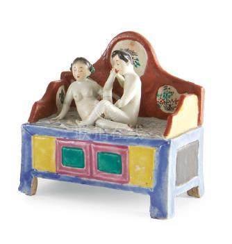 EROTICA Una piccola statuetta raffigurante una coppia di amanti su di un letto