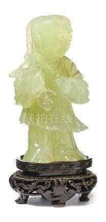 Figur eines Knaben mit Zweig in der HandChina, 20. Jh.Grüne Jade, vollrund geschnitzt. H. 9 cm,