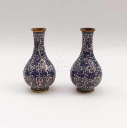 Paar kleine Cloisonné-VasenChina, 19. Jh.Birnform über rundem Standring und mit Röhrenhals;