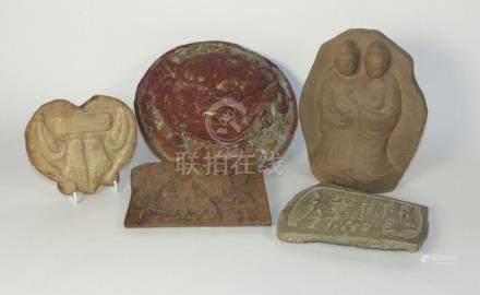Fünf Teile außereuropäisches Kunsthandwerk20. Jh. und früherDrei Steinreliefs, eine Löwenkopfapplike