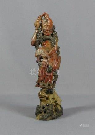 Auf Drachenkopf stehender HeiligerChina,Zweiteilig. Grünlicher und rötlicher Speckstein, vollrund