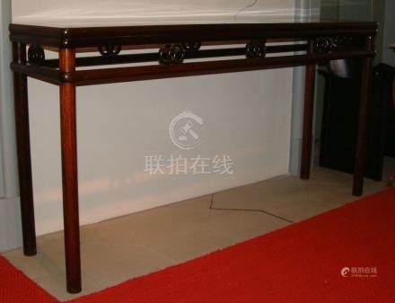 Hoher, langer TischChina, A. 20. Jh.Auf vier Rundbeinen die schmalrechteckige Tischplatte mit