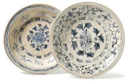 Zwei große Schalen mit BlütendekorAnnam, 15./16. Jh.Tief gemuldete, runde Form, im Spiegel jeweils